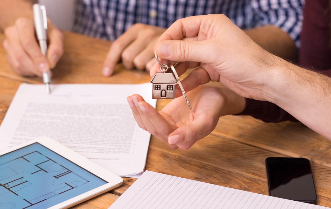 Какой налог платят иностранцы при продаже квартиры в России{q}